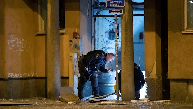 Polisen säkrar bevis på brottsplatsen.