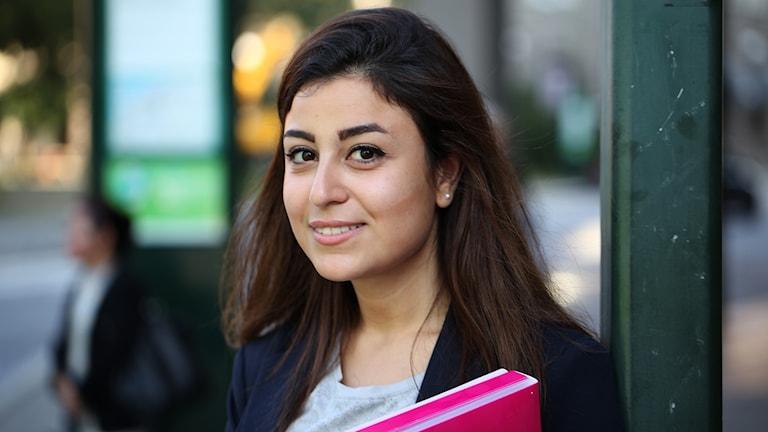 Qamar Happoush, flydde från Syrien. På bara ett år har hon lärt sig nästan flytande svenska och jobbar nu som civilingenjör på ett företag i Västra hamnen i Malmö. Foto: Karin Genrup/Sveriges Radio