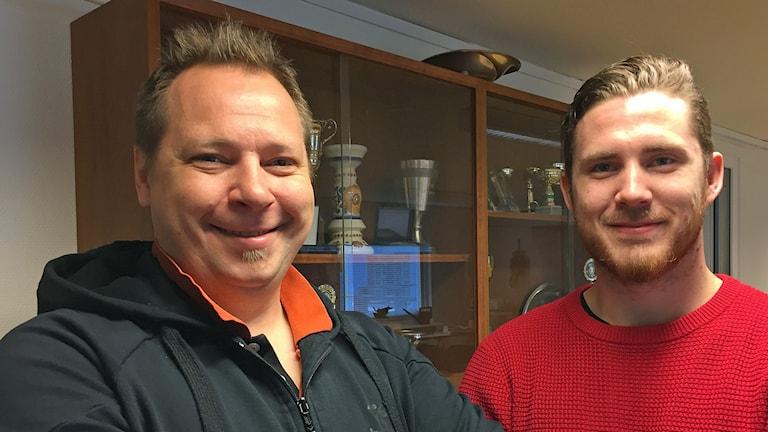 Glada i handbollsklubben OV Helsingborg: Mats Engblom, klubbchef, och Oskar Hansson, lagkapten. Foto: Anna Hanspers/Sveriges Radio.