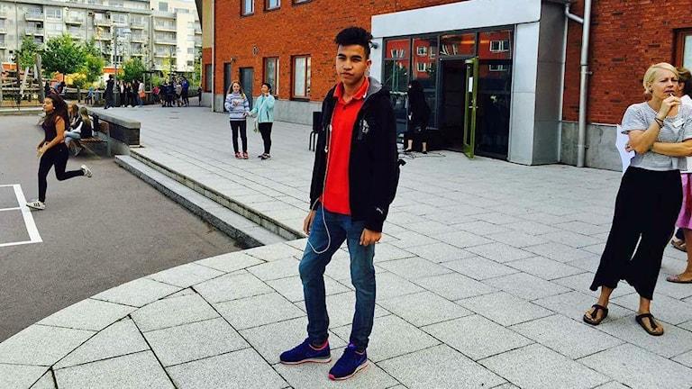 Najib Javadi står utanför Västra Hamnens skola i Malmö.