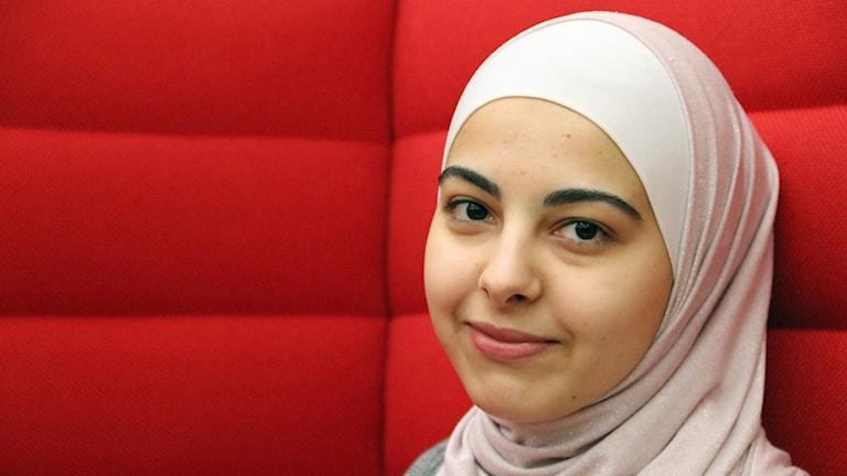 Nour Al Houda-Kanjo, ung kvinna från Simrishamn som prisbelönats för sina noveller. Foto: Hans Zillén/Sveriges Radio.