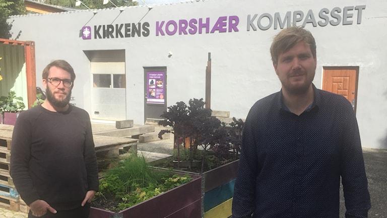 Nick Crofts och föreståndaren Christian Cramon på Kompasset Kirkens Korshær. Foto: Daniel Persson/Sveriges Radio