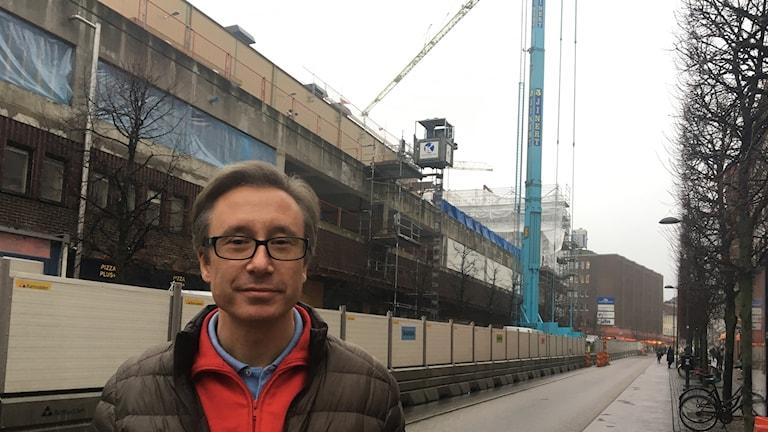 En byggarbetsplats som politikerna glömt bort. Butiksägaren Peter Johansson har drivit butik i stadsdelen i 30 år men har fått nog.