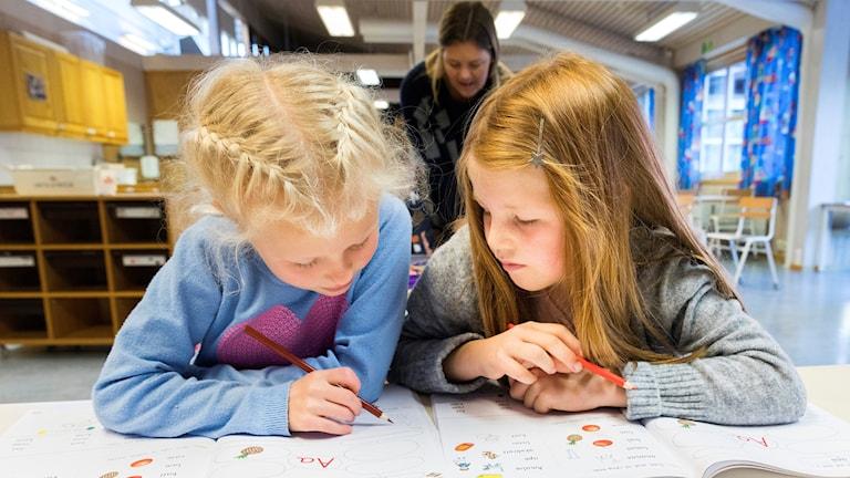 Elever och lärare i klassrum Foto:  Gorm Kallestad/TT