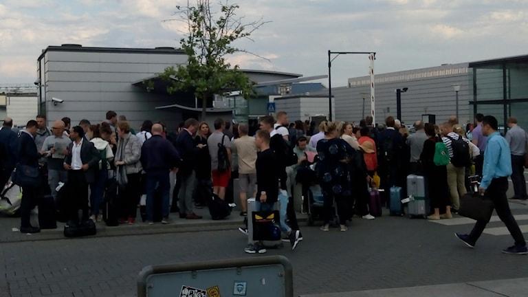 Evakuerade resenärer fick ta ersättningsbuss för att komma vidare.