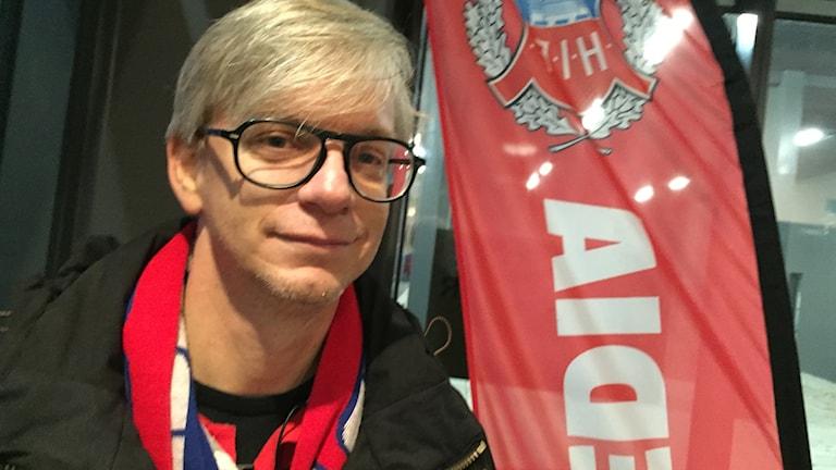 Supportern Niklas Lundin, en av dem som engagerat sig i HIF och bland annat samlat in pengar vis mjölkkossan. Foto: Anna Hanspers/Sveriges Radio