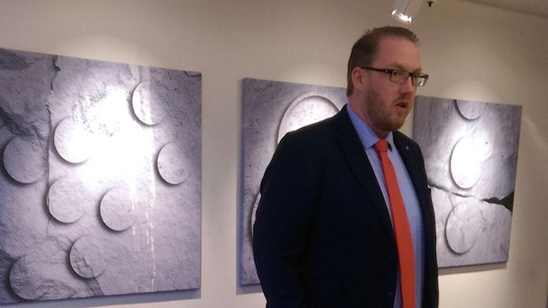 Pierre Esbjörnsson på presskonferensen.