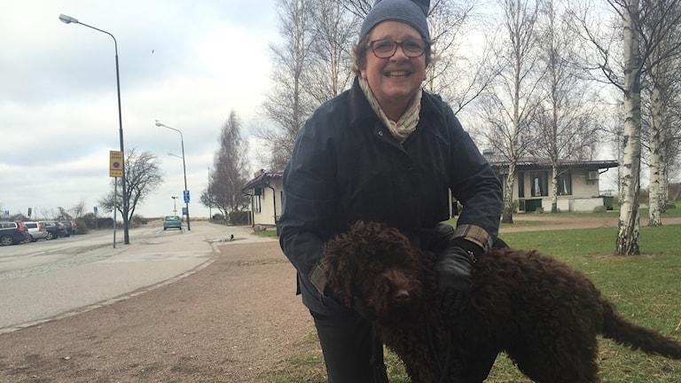 Ebba med sin hund Ceasar vid Ribergsborgsstranden