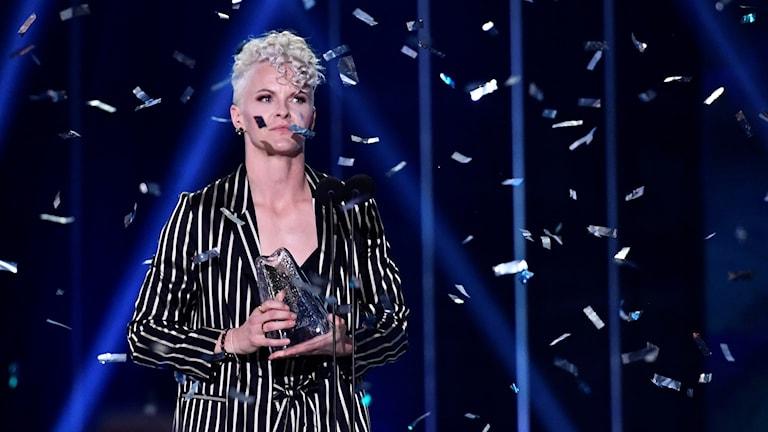 Billa Fischer prisas på fotbollsgalan 2018 och konfetti regnar ner på henne.