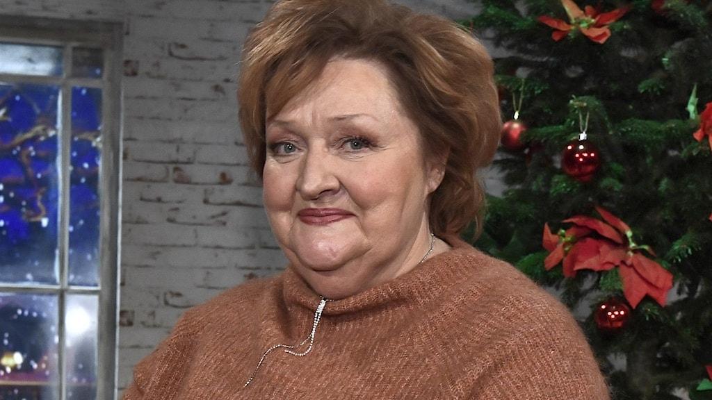 Marianne Mörck som står vid en julgran.