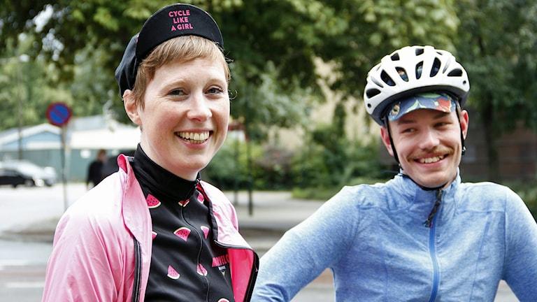 Karin Westeman och Emil Åkesson tränar och tävlar på dyra cyklar som de bär med sig in i hemmet. Foto: Elinor Strand/Sveriges Radio