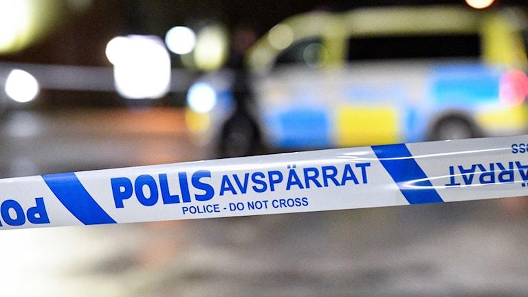 Polisavspärrningsband vid polisbil.