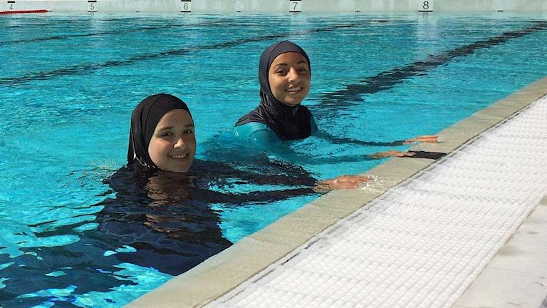 Riam Adeeb och hennes kompis badar helst i burkini, en heltäckande baddräkt som tidigare var förbjuden på Frankrikes stränder. Nu är förbudet hävt.