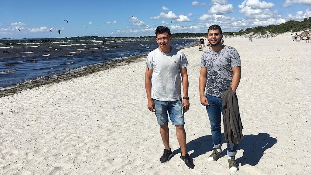 Hayatullah Azizy och Tareq Saleh på stranden.