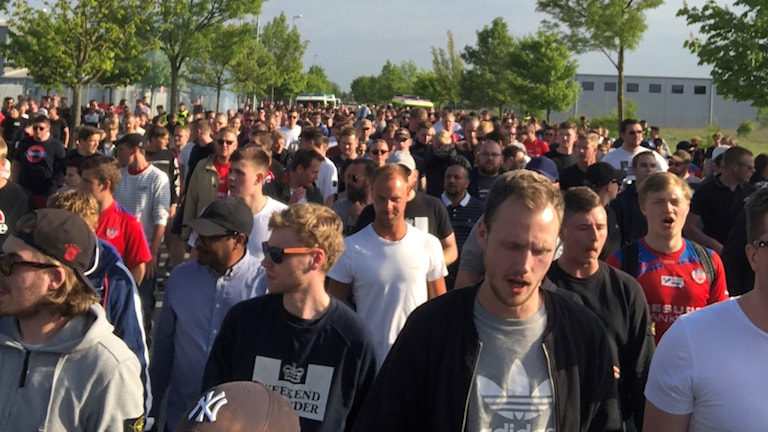 Publik, majoriteten Helsingborgssupportar, på väg till Landskrona IP.