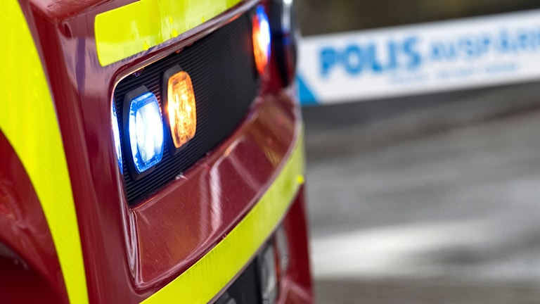 Fronten på en brandbil, i bakgrunden syns polisens avspärrningsband. Foto: Johan Nilsson/TT