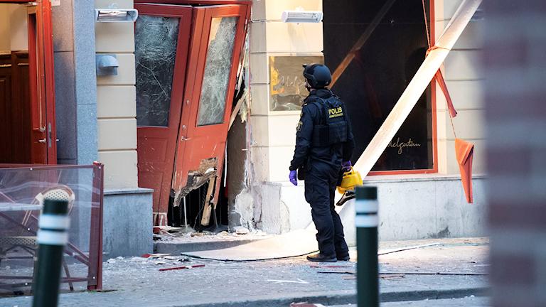 Bombteknikerna undersöker skadorna efter en explosion utanför en nattklubb på Adelgatan i centrala Malmö.