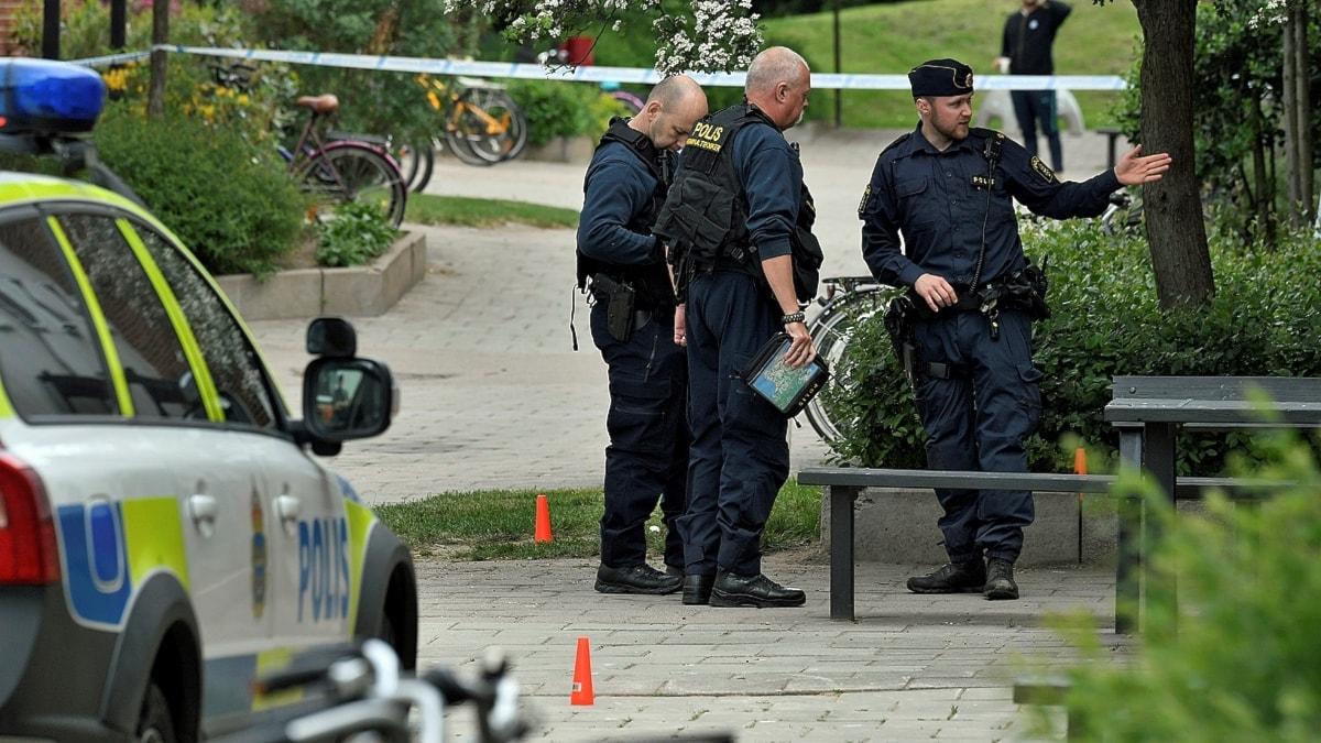 Polis och ambulans larmades till Blåkullagatan i Helsingborg efter larm om skottlossning där en man skadades svårt. Foto: Johan Nilsson/TT