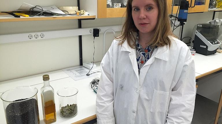Karolina Östberg med rapsbränsle, olja och resterna som blir pellets idag.