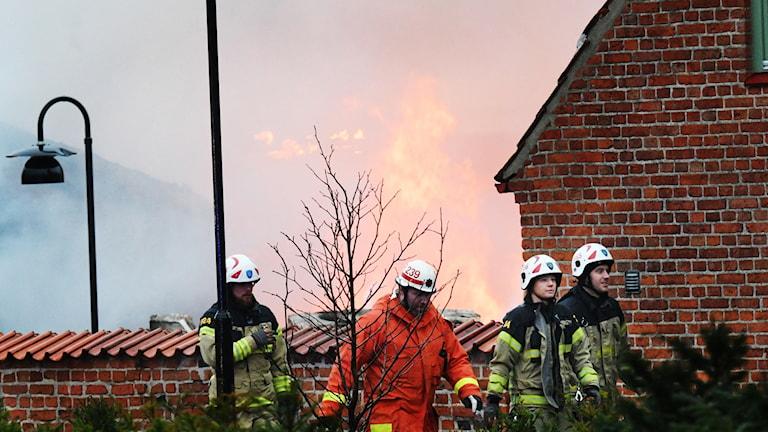 Räddningstjänsten arbetar med att släcka den brand som uppstod i Simrishamns centrum tidigt på torsdag morgon.  Foto: Johan Nilsson/TT