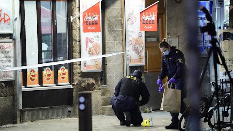 Polisens tekniker jobbar på en brottsplats.