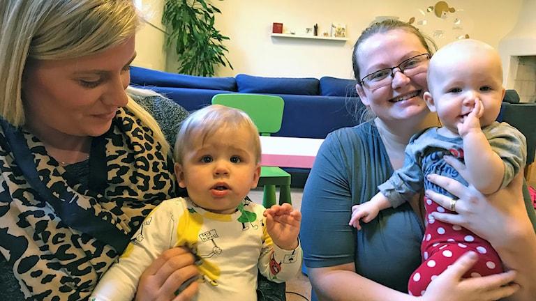 Elin Nerme och sonen Folke, samt Lotta Johansson med dottern Sara, alla fyra flitiga internetanvändare. Foto: Anna Hanspers/Sveriges Radio.
