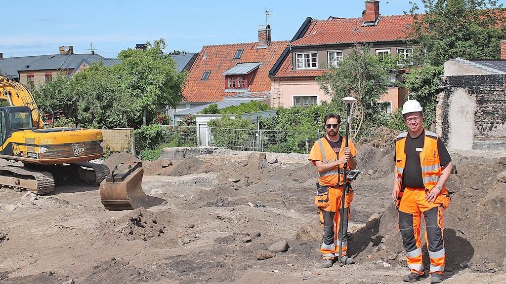 Två arkeologer vid utgrävning.