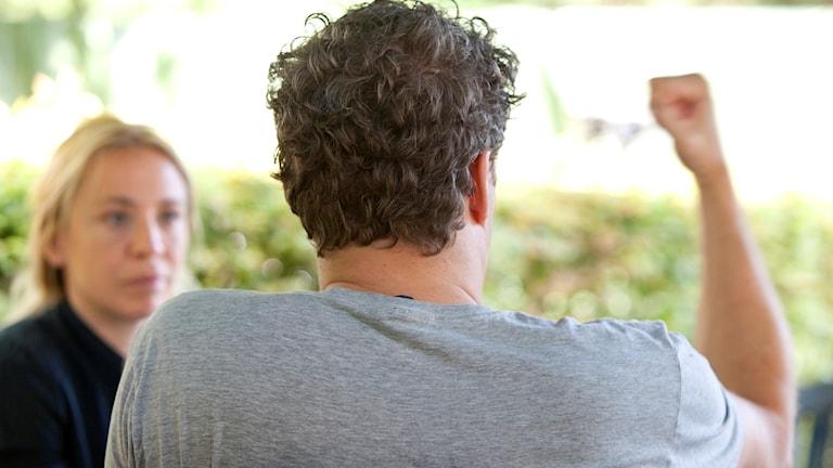Patrick från Lund går i terapi som riktar sig mot män som misshandlar kvinnor i sina relationer. Patrick själv har inte slagit sina partners men sårat och förtryckt dem verbalt.  Foto: Drago Prvulovic/TT