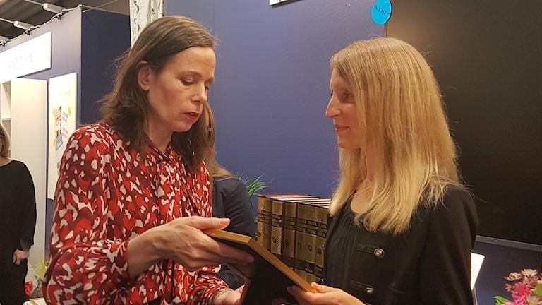 Jenny Edvardsson får pris av Sara Danius