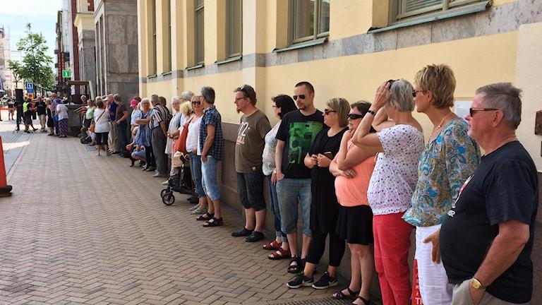 Människor omringar rådhuset i kristianstad.