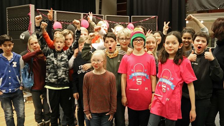 Flera barn hurrar och firar.