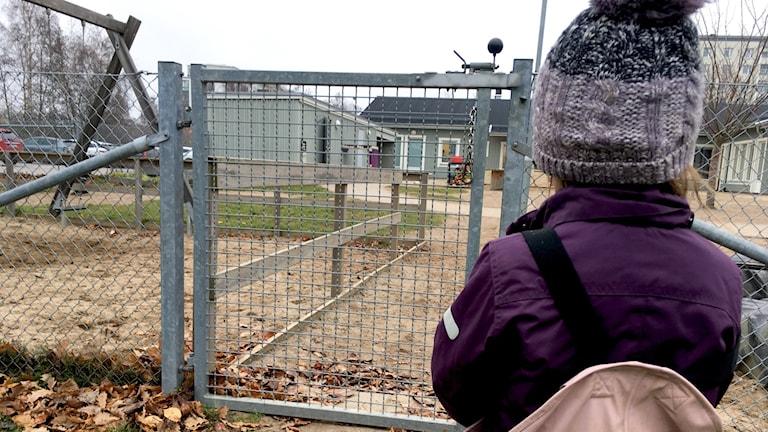 I Landskrona har man börjat söka upp barn som hålls hemma från förskolan. Målet är att, även barn i utanförskapsområden ska få integreras i samhället, innan de börjar i den obligatoriska förskoleklassen.