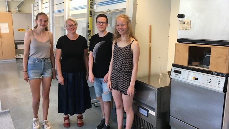 Ferieskolan är ett projekt av kungliga vetenskapsakademien. Från vänster har vi Noelle Sjödin, läraren Emelie Bjurling, Alex Larsen och Agnes Lindgren. Temat för veckan är kemi i vardagen.