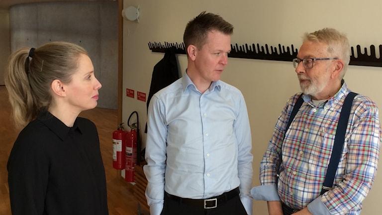 Katarina Maddox och Mikael Rosén från Skåne Care samtalar med Anders Beckman, docent vid Lunds universitet. Foto: Petra Haupt/Sveriges Radio