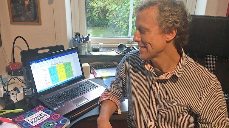 Johan Alm, lärare på Holmaskolan i Malmö som är nominerad till Guldäpplet, pris till lärare som utvecklar skolan med digitala verktyg. Foto: Martina Greiffe/Sveriges Radio.