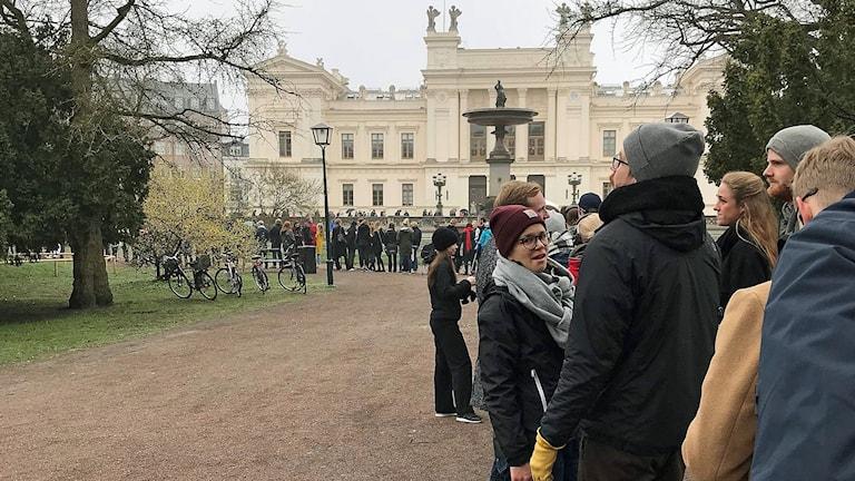 Kön ringlade lång genom Lundagård när biljetterna till karnevalen släpptes.