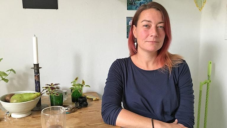 Marie Dehlin tycker det är dåligt att Malmö stad inte klarar av att styra upp skoltaxiverksamheten. Foto: Anna Landelius/Sveriges Radio.