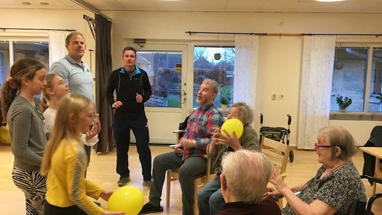 En ballong kan räcka för att få igång aktivitet mellan yngre och äldre. Fyspass med elever från Parkskolan för de boende på Ängslyckan.
