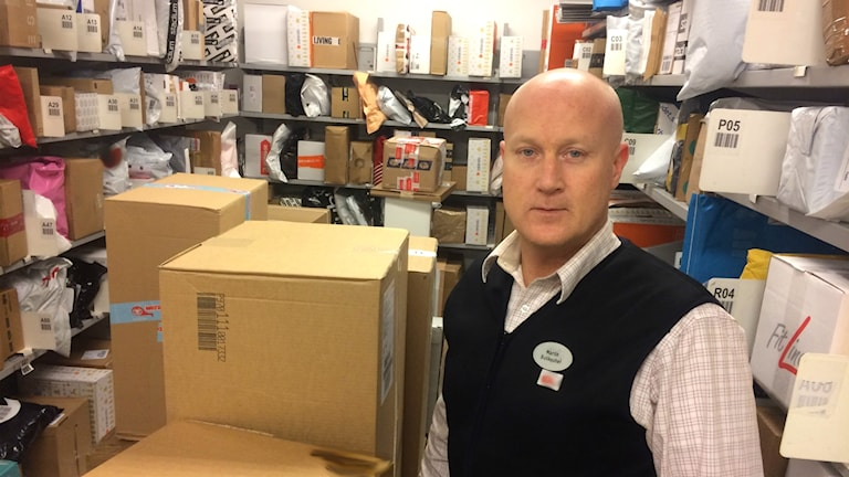 Butikschef Martin Nerheden mitt i paketkaoset.