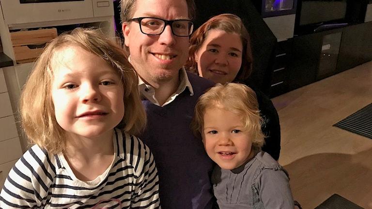 Tony Wirén och hans familj trivs med att bo på sanerad mark i Teckomatorp. Foto: Anna Hanspers/Sveriges Radio.