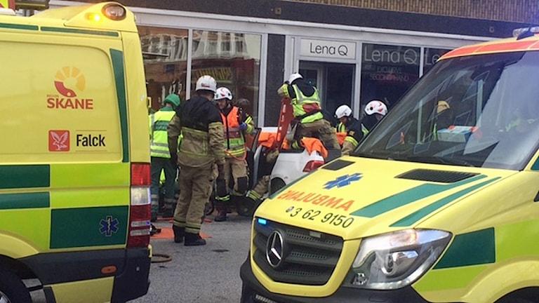 Räddningspersonal på plats på Stora Nygatan i Malmö där bil kört rakt in i husvägg. Foto: Jyri Markkula/Sveriges Radio.