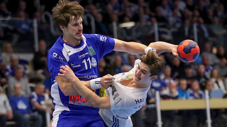 Hård kamp mellan Alingsås Fredrik Teern och YIF:s Ludvig Hallbäck. Foto: Adam Ihse/TT.