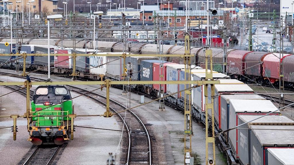 Ett godståg lastat med lastbilstrailers på rangerbangården i Malmö