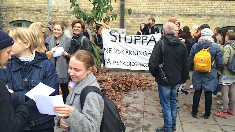 Psykologstudenter protesterar mot nedskärningar.
