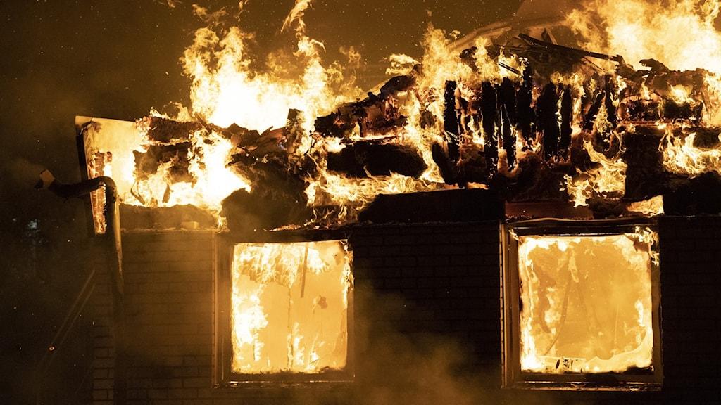 brinnande byggnad