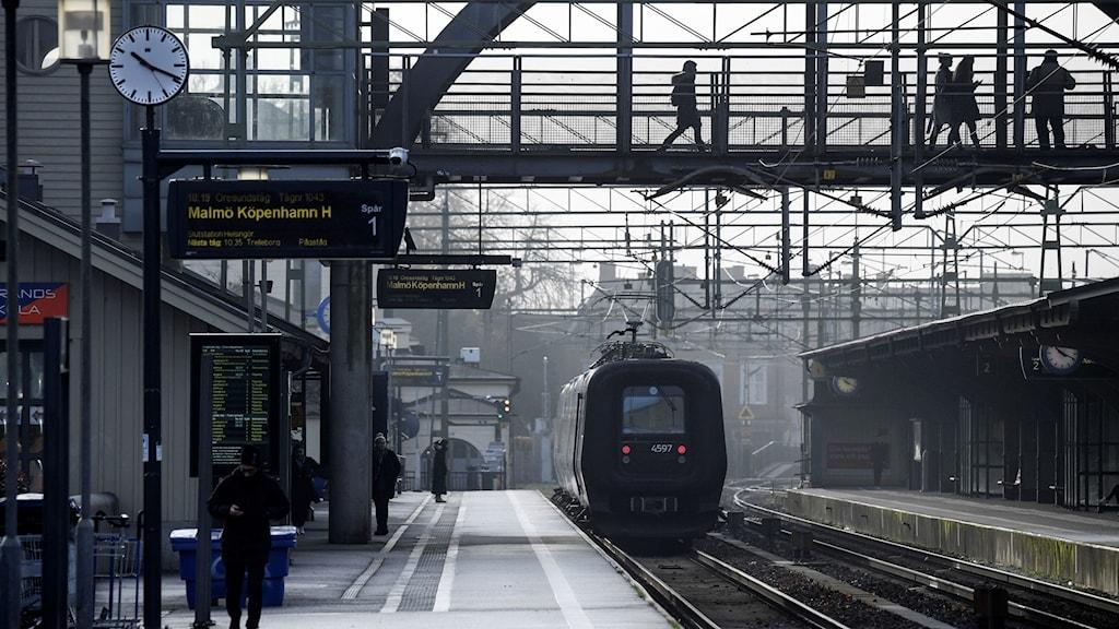 Ett Öresundståg lämnar stationen i Lund.