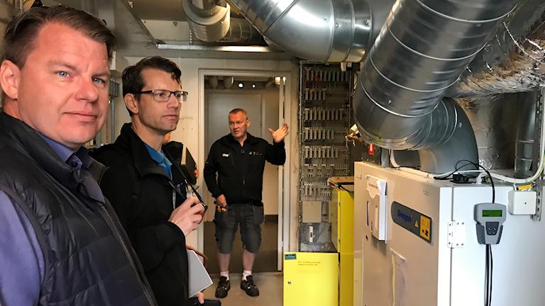 Fastighetsteknikern Stefan Nilsson visar energikonsulterna Daniel Svensson och Tomas Nilsson ventilationsanläggningen på Järnåkraskolan i Lund.