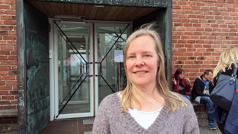 Åsa Nacking framför Lunds konsthall.