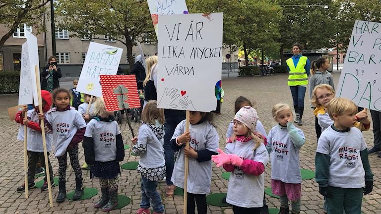 Barn demonstrerar med plakat med olika budskap på St Knuts torg i Malmö.