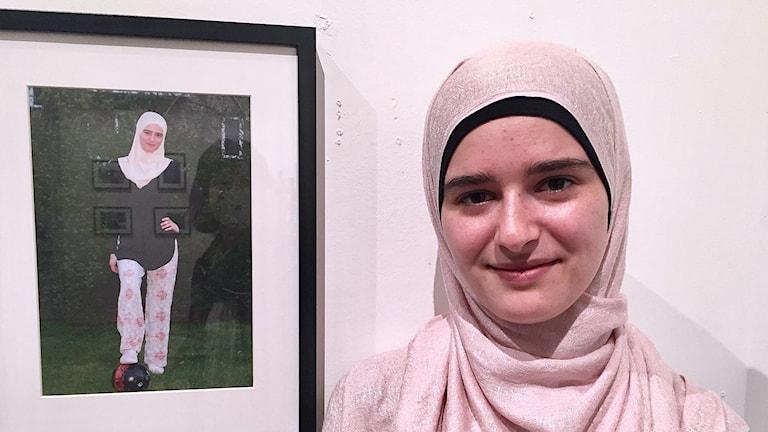 Baraa Ahmed Abd-Aljawad framför ett foto.